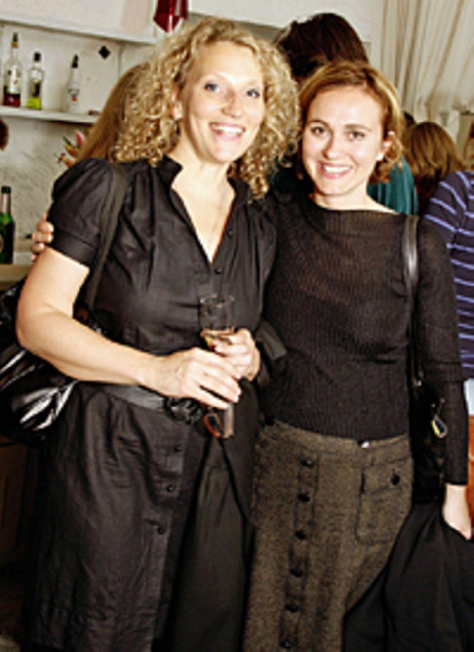 """Hatten Spaß bei der Lesung: Die Moderationskolleginnen Julia Westlake (""""NDR Kulturjournal"""") und Caren Miosga (""""Tagesthemen"""")"""