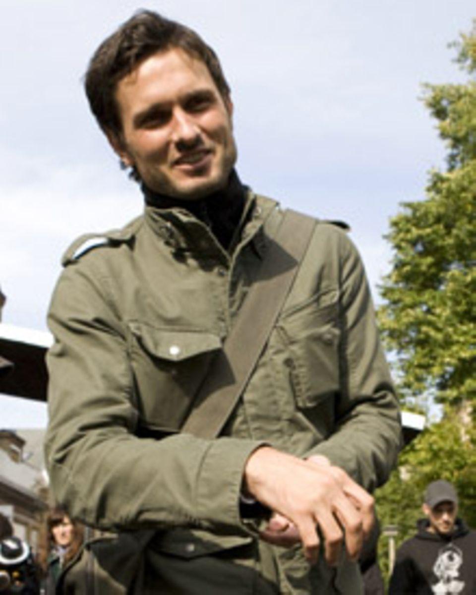 """Simon Verhoeven am Set: Der Schauspieler und Regisseur schrieb das Drehbuch zu """"Männerherzen"""" und inszenierte die Komödie."""