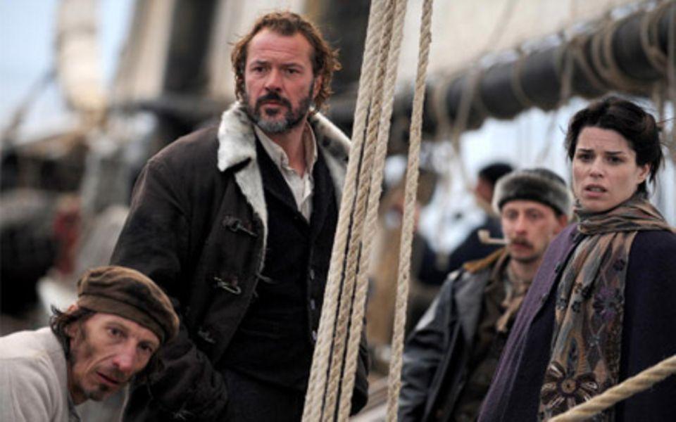 Neve Campbell (r.) spielt Maud Brewster, die es auf das Schiff des brutalen Kapitän Larsen verschlägt.