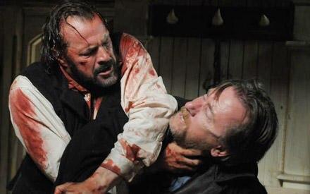 Käpten Larsen liefert sich um die begehrten Robbenfanggründe einen erbitterten Kampf mit seinem Bruder Death (Tim Roth, r.).