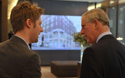 Fachgespräch unter Männern: Prinz Charles und Burberry-Kreativdirektor Christopher Bailey.