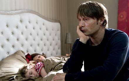 """Mads Mikkelsen und Jessica Schwarz sind in """"Die Tür"""" ab dem 26. November im Kino zu sehen."""