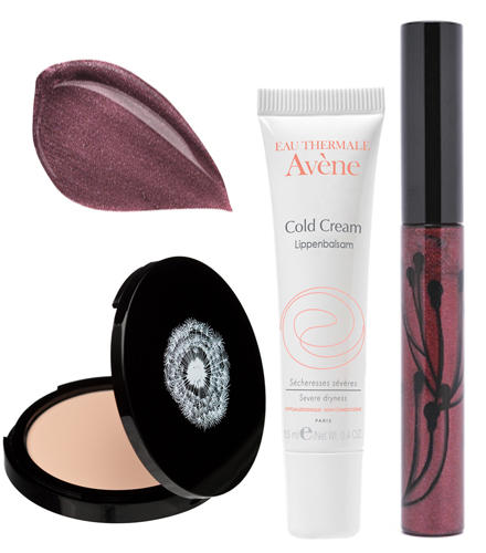"""Lila-Lippen-Look: """"Flawless Face Powder"""", Rouge Bunny Rouge, ca. 45 Euro; Eau Thermale Avène """"Cold Cream"""" Lippenbalsam für sehr"""