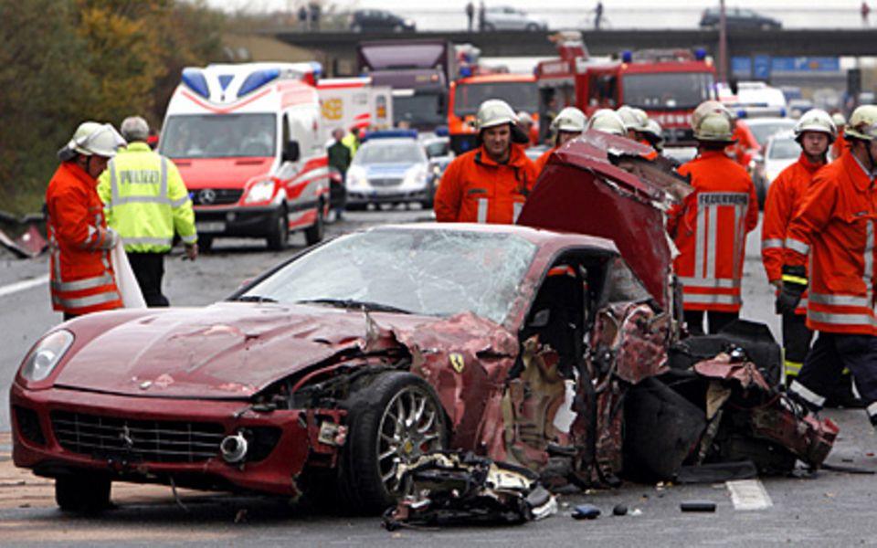Christian Dzida konnte aus dem schwer beschädigten Ferrari nur noch tot geborgen werden.