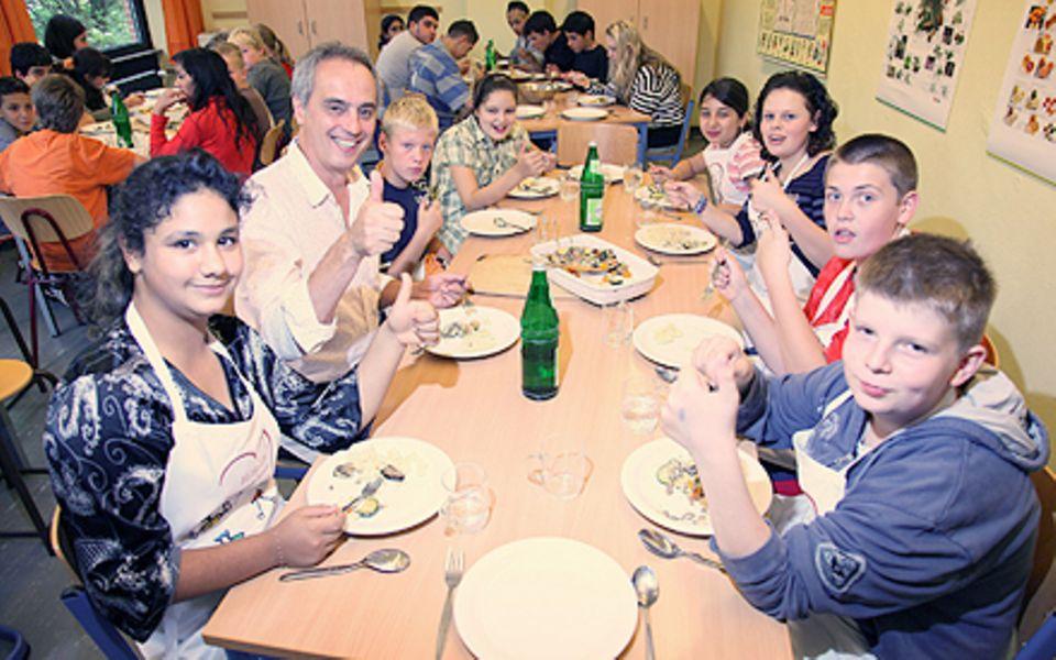 """Christian Rach möchte Kindern mit der Organisation """"Children for a better World"""" gesundes Essen näherbringen."""