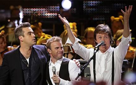 Beim großen Finale gab es doch noch eine kleine gemeinsame Gesangseinlage: Robbie Williams, Gary Balow und Paul McCartney singen