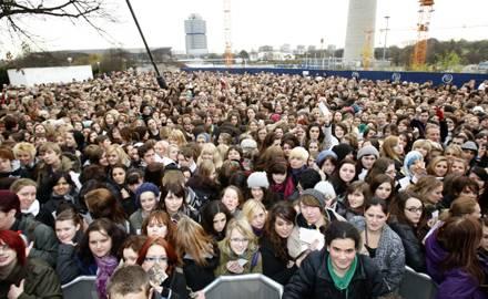 Bereits vor Beginn der Veranstaltung drängten sich zahlreiche Fans vor der Olympiahalle in München.