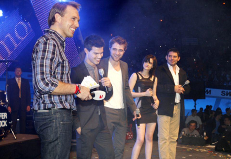 Steven Gätjen versuchte gegen das Geschrei anzukämpfen und interviewte Taylor Lautner, Robert Pattinson, Kristen Stewart und Reg
