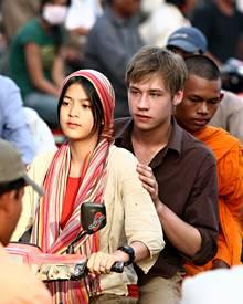 Sreykeo und Ben fahren mit Sreykeos Bruder auf dem Moped durch Phnom Penh.