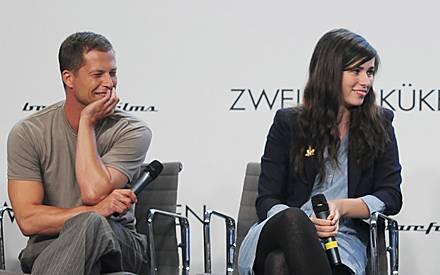 """Til Schweiger und Nora Tschirner haben auch auf der """"Zweiohrküken""""-Pressekonferenz zusammen ihren Spaß."""