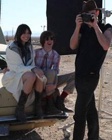 Spaß beim Esprit-Shooting: Daisy Lowe und der Fotograf Barnaby Roper.