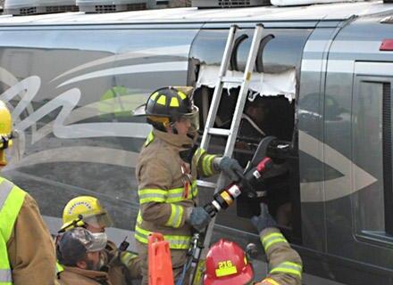 Die Feuerwehr musste ein Loch in den Tourbus schneiden, um Rivers Cuomo bergen zu können.
