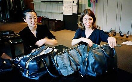 Sofia Coppola (r.) während einer Kollektionsbesprechung mit dem Accessoire-Team im Atelier von Louis Vuitton.