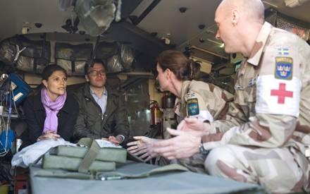 Prinzessin Victoria unterhält sich mit den schwedischen Soldaten über deren Kriegserfahrungen - immer an Victorias Seite ist ihr