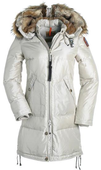 Passend zum weißen Winter gibt es für Damen den Kodiak-Mantel von Parajumpers in der Farbe sage.