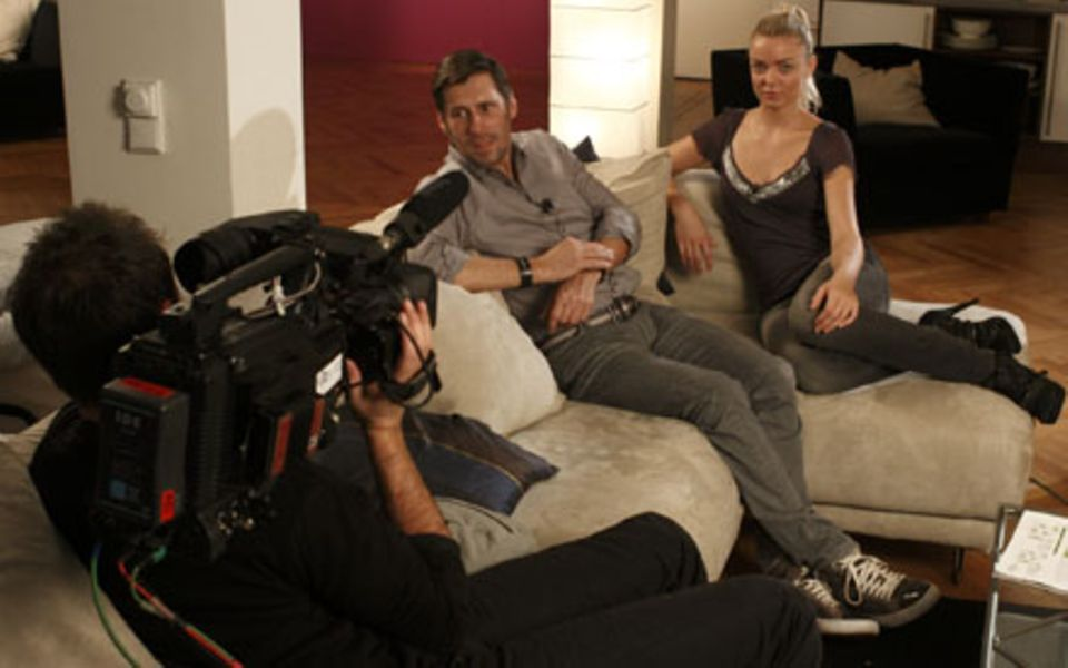 Profis unter sich: Make-up Artist Stephan Schmied besucht Model-WG-Bewohnerin Anni.