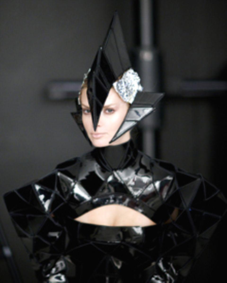 Zurück in die Zukunft: Designer Gareth Pugh hat für Julia Stegner das ultimative Outfit für das Shooting mit Nick Knight entworf