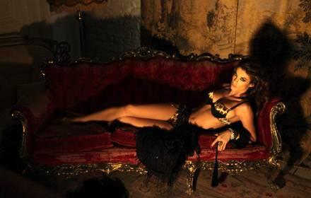 So sexy posiert Elisabetta Canalis für Roberto Cavalli.