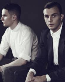 Sehen aus wie Protagonisten cineastischer Meisterwerke, aber machen glamourösen Synthipop: Theo Hutchcraft und Adam Anderson der