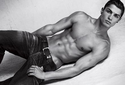 Cristiano Ronaldo schlüpft für Armani in die Rolle des Jeans-Models.