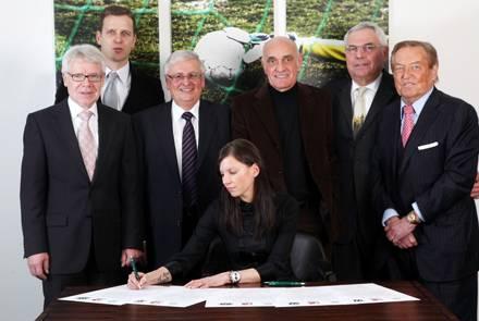 Bei der Unterzeichnung der Gründungspapiere gab Teresa Enke den Blick auf ihre neue Tätowierung frei.