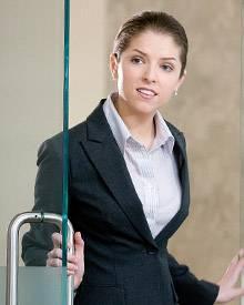 Die Controllerin Natalie Keener überprüft die Arbeit von Ryan.