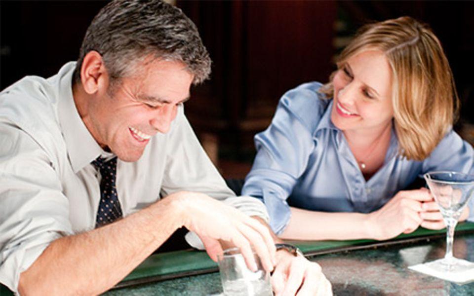 Mit seiner Liebesaffäre Alex, dargestellt von Vera Farmiga, verbringt Ryan (George Clooney) viele gemeinsame Stunden.