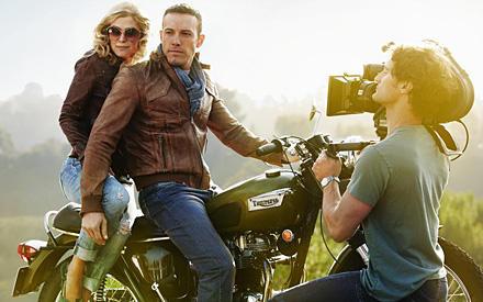 Miss Sexy & Mr. Cool: Mit der schönen Ex-Bond-Schurkin Rosamunde Pike im Rücken posiert Ben Affleck für Starfotograf Alexi Lubom
