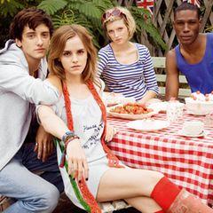 """""""Please don't panic ... I'm organic"""": Emma Watson mit roten Kniestrümpfen zum weißen Motto-Shirt. Tolles Accessoire: Ihr roter H"""
