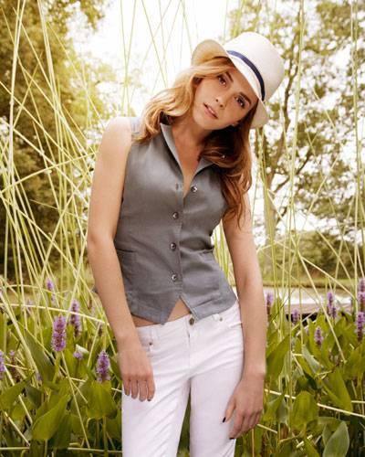 Emmas Frühlingslook: Graue Weste zur weißen Röhre. Der cremefarbene Hut lässt Urlaubsstimmung aufkommen.