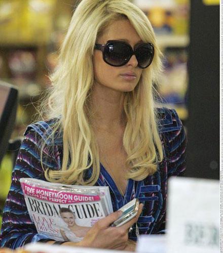Paris Hilton lässt sich beim Brautmagazin-Kauf fotografieren.