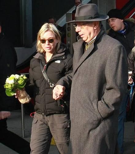 Renée Zellweger und Dieter Kosslick Hand in Hand am Flughafen Tegel.