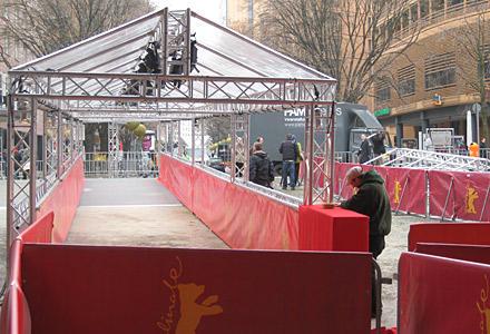 Hier werden heute abend die Stars zur Gala-Veranstaltung drüber laufen. Der rote Teppich kommt noch.