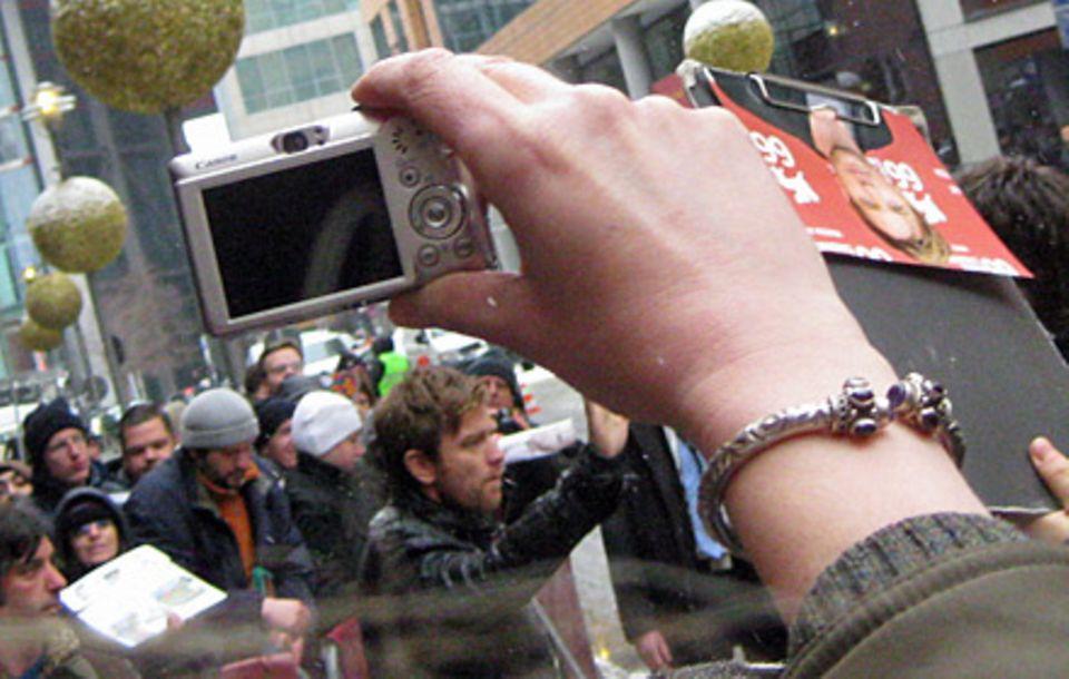 Na bitte, ein echter Hollywood-Star in Berlin: Ewan McGregor nimmt sich Zeit für seine Fans.