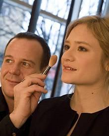 Andrej Baranow schminkt die Schauspielerin Julia Jentsch.