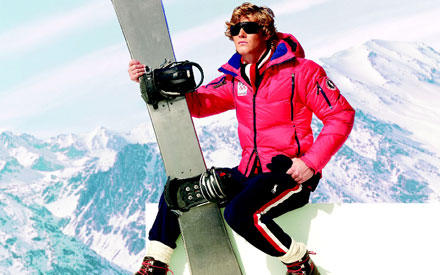 Sexy Snowboarder: Mutig wird die pinke Steppjacke zu den klassischen Farben der Funktionshose kombiniert.