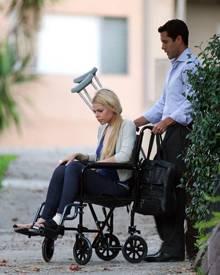 Nach ihrem Crash lässt sich Sophie Monk im Rollstuhl durch die Gegend schieben.