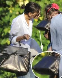 """Katie und Suri im Partnelook: Beide tragen die """"Sofia""""-Bag von Ferragamo auf Jamaika spazieren."""
