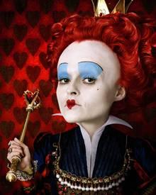 Helena Bonham Carter spielt die böse Herzkönigin.