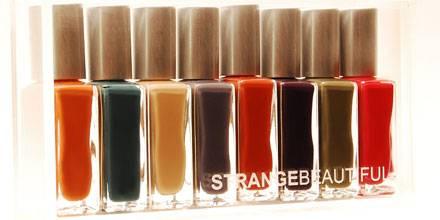 Lack aus der Plexiglas-Box: Strange Beautiful Volume 3, ca. 79 Euro, über www.suendhaft.com.