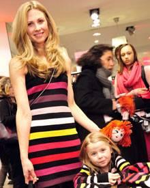 Molly Nuo brachte ihre Tochter mit - und die verliebte sich prompt in die Sonia-Rykiel-Strickpuppe.