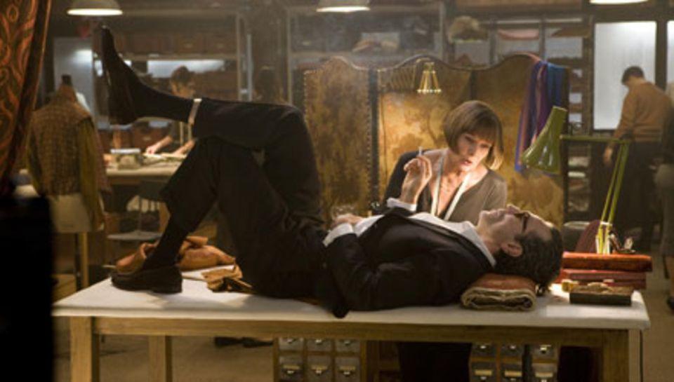 Guido muss auf die Couch - auch wenn die hier ein Ateliertisch ist. Im zur Seite steht mit Designerin Lilli (Judi Dench) die ein