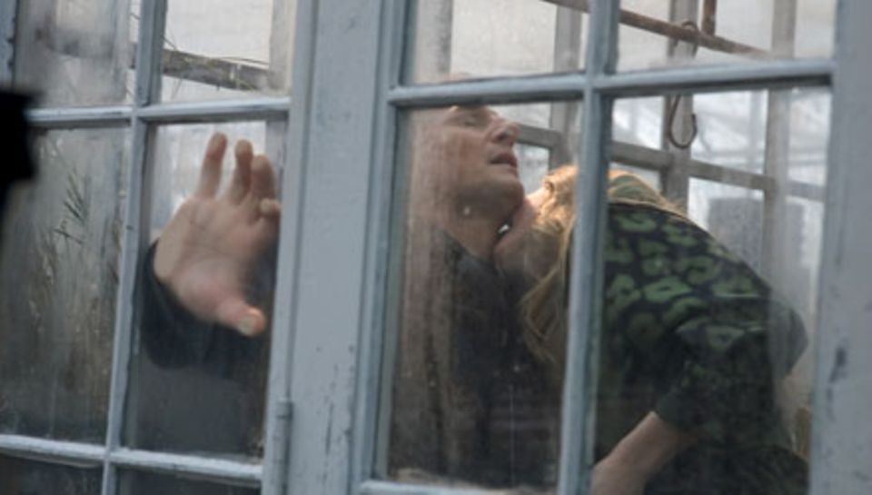 Chloe (Amanda Seyfried) erfüllt ihren Auftrag: die Verführung von Daniel (Liam Neeson).