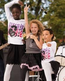 Mehr als ein Abklatsch amerikanischer Musicals: Lola beim Schulfest.