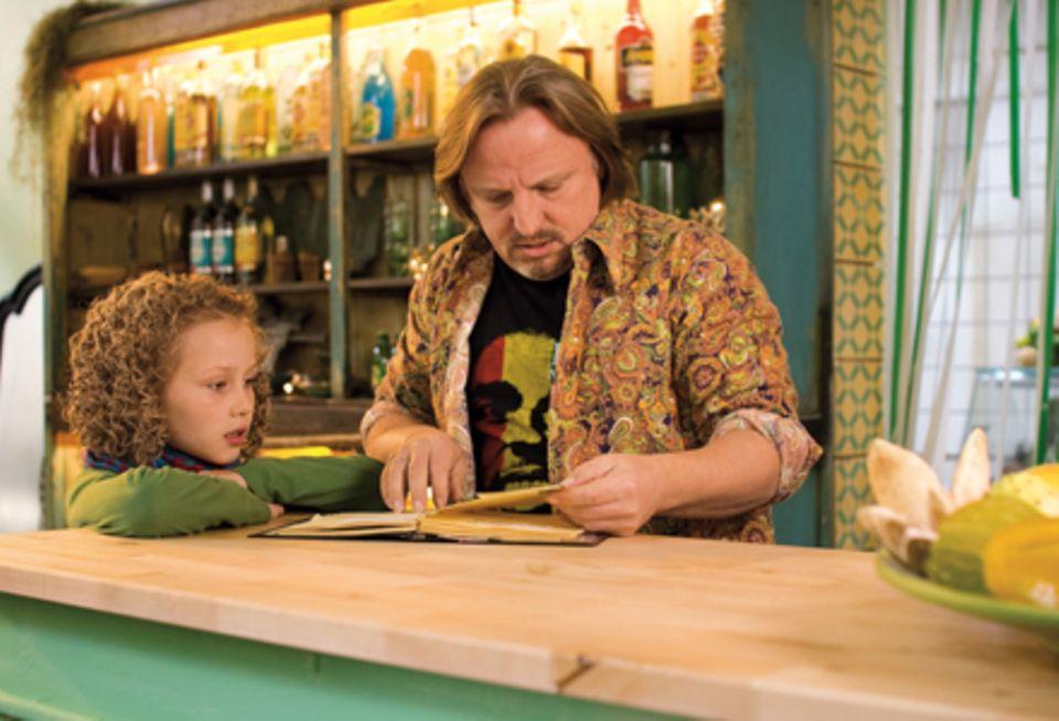 """Einfach herrlich: Lolas Opa Felix Jungherz (Axel Prahl) im Restaurant """"Perle des Südens"""" im Hamburger Portugiesenviertel."""