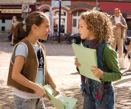 Wer hätte gedacht, dass Flo (Felina Czycykowski) und Lola (Meira Durand) nochmal so gute Freundinnen werden?