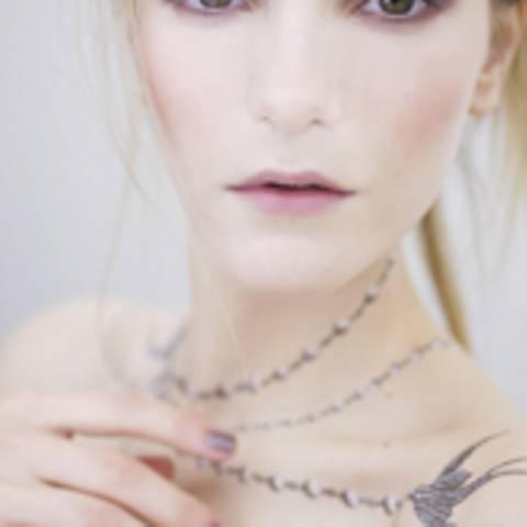 Chanel-Tattoos und Nagellack