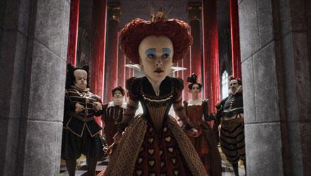 Mit viel zu großem Kopf und unglaublich schlechter Laune kommandiert die Herzkönigin (Helena Bonham Carter) ihre Untertanen heru