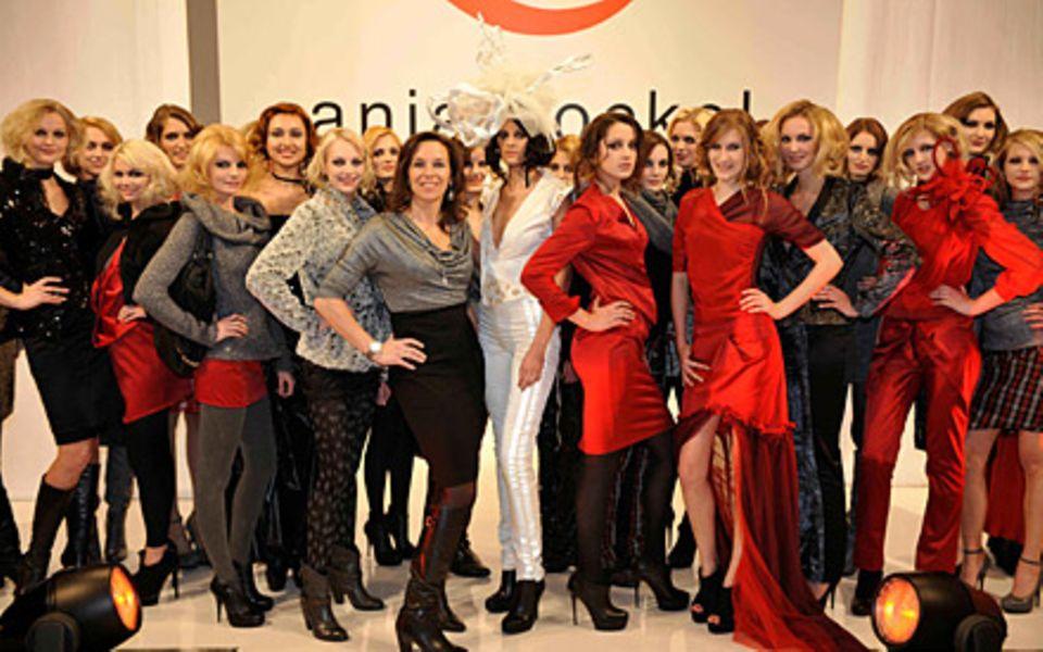 Wer kommt weiter? Da waren es noch 29 Models – und eine Designerin (M.). Nach der Show allerdings war das Abenteuer GNTM für etw