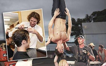 """Für den Dreh des Werbespots wird Baptiste Giabiconi mit Produkten der neuen Männerserie """"Drei Wetter Taft Power 'N Touch"""" gestyl"""